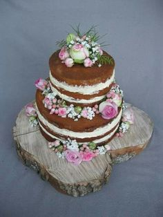 Ein schlichter Nakedcake als Hochzeitstorte mit vielen frischen Blumen. Ich liebe sie.