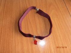 Gargantilla de terciopelo granate con colgante rojo de swaroski, imitación.