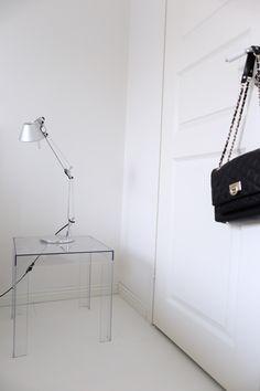 Homevialaura | white bedroom | Kartell Jolly | Artemide Tolomeo