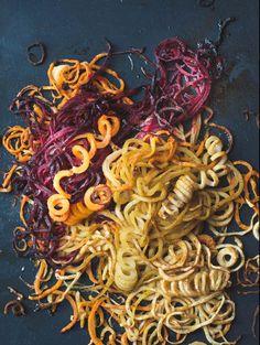 Rezept für ofengeröstete Gemüsespiralen gewürzt mit dem verführerischen Ras el Hanout zu erfrischendem Minz-Joghurt. Ein Rezept für Spiralschneider aber ebenso für dünn geraspeltes Gemüse