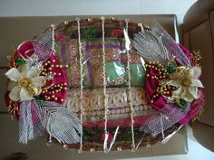 Excellent Totally Free Multiple Saree Platter - Basket Style Baskets are chosen for ornamental purposes along with may be used functionally for regulatory or obt Indian Wedding Gifts, Desi Wedding Decor, Wedding Favours Luxury, Wedding Stage Decorations, Wedding Crafts, Wedding Gift Baskets, Wedding Gift Wrapping, Basket Gift, Trousseau Packing