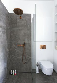 med tre funktioner samlet i ét rum Scandinavian minimalist bathroom with copper fixtures. Photo: Andreas Mikkel HansenScandinavian minimalist bathroom with copper fixtures. White Bathroom, Modern Bathroom, Small Bathroom, Bathroom Ideas, Bathroom Remodeling, Remodeling Ideas, Bathroom Organization, Organization Ideas, Copper Bathroom