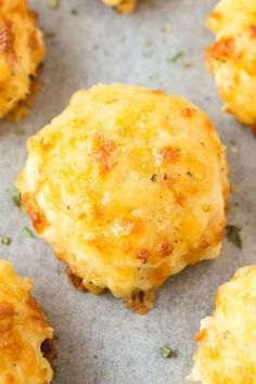 The most fool-proof and easy recipe ever- THREE Ingredient Cheese biscuits with a vegan option- Seriously, 3 ingredients! Pasta Sin Gluten, Cheese Biscuits, Recipe For Cheese Scones, Gluten Free Cheese Scones, Cheddar Cheese Recipes, Easy Biscuits, Fluffy Biscuits, Gluten Free Biscuits, Salads