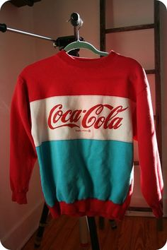 Retro Fashion Not usually a fan of sweatshirts but this vintage Coca-Cola Sweatshirt is too cool to be missed. It's a shame Coca-Cola doesn't make these anymore because these are pretty rare. Someone hit me up if they see one on sale! Look Vintage, Vintage Mode, Mode Outfits, Fashion Outfits, Fashion Trends, Cheap Fashion, Fashion Ideas, Fashion Fashion, Womens Fashion