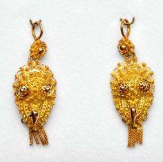 Stel mutsenbellen, goud, opgewerkt, met ophangoog en knopjes, Vlaardingse dracht, datering ca. 1880-1900. #ZuidHolland #Vlaardingen