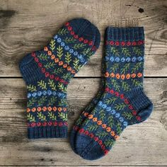 """Marianne sanoo Instagramissa: """"And then there were two pairs ... . Love """"The Taxus Mittens"""" pattern so much and still had som yarn for the berries and branches left after…"""""""