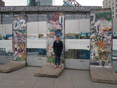"""Septiembre de 2014. Potsdamer Platz, Berlín. Junto a un trozo del """"Muro de Berlín"""""""