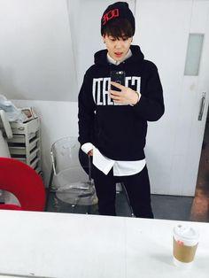 - that selfie was so hot, park jimin!- - i want to ride you so bad, daddy ew. Jimin Selca, Jimin Hot, Bts Bangtan Boy, Park Ji Min, Foto Bts, Hoseok, Bts Predebut, Bts Twt, Bts Inspired Outfits