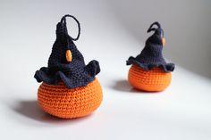 Tekvička – MAXI - tekvička s čarodejníckym klobúkom uhačkovaná z bavlny a vyplnená dutým vláknom, vhodná ako hračka alebo dekorácia. Dá sa zavesiť.  * Možné prať v rukách. Nechať voľne vyschnúť. Alter, Witches