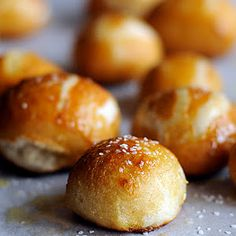 Goodbye mall pretzel shops - hello making Homemade Pretzel Bites at Home using your bread machine! This Homemade Pretzel Bites recipe is one you'll want to keep! [love hauling out the bread machine again. Homemade Pretzels, Soft Pretzels, Snacks Homemade, I Love Food, Good Food, Yummy Food, Tasty, Bread Maker Recipes, Bread Bites Recipe