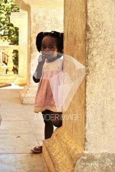 Menina a esconder-se atrás da coluna/Little girl hidding behind the column by Catarina Serra Lopes – Moderimage