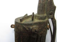 1545-1555 powderflask with complete staghorn body and belthook. The belthook has the trefoil design. .