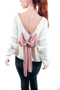 Famosísimo Jersey de lanita con detalles calados y súper escote en la espalda con gran lazo. Es tan cuqui que lo querrás en los tres colores