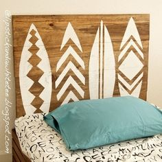 DIY Wooden Headboard with Decorative Surfboard Pattern. Creating a DIY headboard made of wooden materials is easy and cheap. The above picture is one Surf Decor, Decoration Surf, Surf Style Decor, Surfboard Decor, Boy Room, Kids Room, Girls Surf Room, Deco Surf, Surfer Room