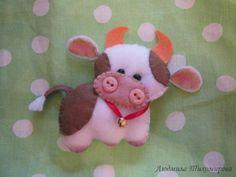 cow Cow Ornaments, Felt Christmas Decorations, Fabric Animals, Animal Books, Felt Fabric, Felt Dolls, Stuffed Animal Patterns, Kids Bags, Felt Crafts