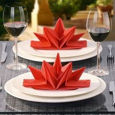 Papierservietten falten - große rote Sterne auf dem Tisch