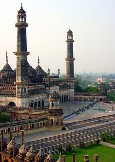 Asfi Mosque at Bara Imambara Complex in Lucknow, India (by KhaLeeL).