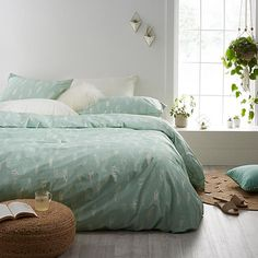 Exclusively from Simons Maison A beloved theme in home decor. Delicate boho feathers traced in a subtle contrast of pure white over ultra trendy mint green. Easy-care cotton-poly percale in 200 thread count. The set includes: Twin: 1 duvet cover 66&quote; x 90&quote;, 1 pillow sham 20&quote; x 26&quote; Double: 1 duvet cover 84&quote; x 90&quote;, 2 pillow shams 20&quote; x 26&quote; Queen: 1 duvet cover 90&quote; x 95&quote;, 2 pillow shams 20&quot...
