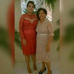 Minha sogra e minha cunhada esbanjando elegância em casamento familiar.