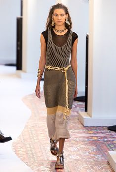 Chloé Spring 2019 Ready-to-Wear Fashion Show Collection  See the complete  Chloé Spring 2019 Ready-to-Wear collection. 85c0135c072
