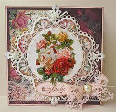 <b>LR0180</b><br/>Borduurgaren: Madeira rayon 1358. De randen van het karton zijn bewerkt met Distress inkt: Victorian Velvet en Frayed burlap.