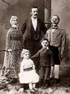 """Very creepy vintage """"family"""" portrait. This is the scariest one I have seen yet. << They all look fake except for the """"father"""" figure Vintage Bizarre, Creepy Vintage, Vintage Circus, Creepy Old Photos, Creepy Pictures, Old Pictures, Strange Photos, Images Terrifiantes, Comic Cat"""