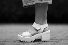 White Shoes White Shoes, My Outfit, Barefoot, Clogs, Outfits, Fashion, Off White Shoes, Clog Sandals, Moda