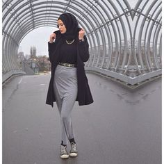 Love the skirt with converse Street Hijab Fashion, Muslim Fashion, Fashion Wear, Modest Fashion, Skirt Fashion, Converse Style, Outfits With Converse, Sporty Outfits, Girl Hijab