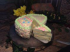 Eine herrliche Ostertorte mit einer Buttercremefüllung und einer Hülle aus weißer Schokolade. In Form eines Ostereis ist diese Torte auch schön anzusehen