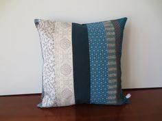 Housse coussin déco patchwork, lin, soie, coton en bleu canard et blanc : Textiles et tapis par michka-feemainpassionnement