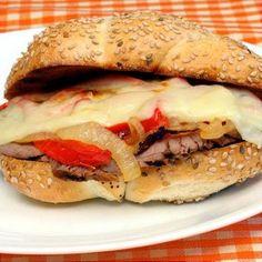 Bocadillo caliente de carne y queso