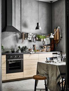 Det rustika köket har inspirerats av naturen med askfronterna ASKERSUND och bänksskivan SÄLJAN i svart med mineraleffekt.