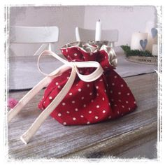 Tutorial: Weihnachtssäckchen – Presents for girls Christmas Bags, Christmas Gifts For Kids, Fabric Crafts, Sewing Crafts, Fabric Basket Tutorial, Presents For Girls, Patchwork Bags, Diy Crafts For Kids, Sewing Tutorials