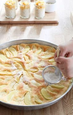 Ofenpfannkuchen Den Ofen auf 220 Grad (Ober- und Unterhitze) vorheizen. Eine ofenfeste Form (38 cm) einfetten. Äpfel schälen und achteln. Eier, Butter, Zucker und Salz schaumig schlagen. Mehl und Milch abwechselnd dazu geben, den flüssigen Teig in die Form gießen. Apfelstücke darauf verteilen. Bei 220 Grad für ca. 25 Minuten backen.