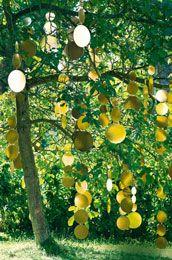 Des guirlandes en carton doré pour un arbre décoratif