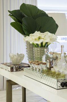 Sala de estar, jantar e cozinha com decor branco e cinza e toques do estilo clássico!