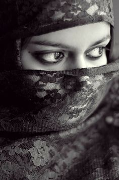 Girl Photo Poses, Girl Photos, Arabian Beauty, Photographs Of People, People Of The World, Jon Snow, Veil, Beautiful People, Black And White