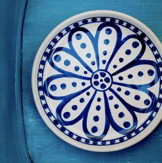 Pura poesia, Porto Liccia Blu unisce il colore magico del mare di Sardegna alla lucentezza dei più pregiati smalti ceramici. Decoro rigorosamente realizzato a mano dagli artigiani di #ateriercerasarda. #MediterraneoStyle #ceramics #design #homedesign #homedecor #lifestyle #interiordesign #miseenplace #white #blue #dishes #creative #madeinitaly #ceramicsofitaly #style #designinspiration #grupporomani #cerasarda #ceramica