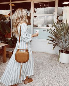 Pretty striped maxi dress with cute tan handbag and sandals. ღ Awesome fashion clothes for stylish women from Zefinka. Easy Style, Style Casual, Spring Summer Fashion, Spring Outfits, Winter Fashion, Spring Style, Looks Chic, Looks Style, Look Fashion