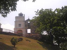 セント・ポール教会 (St. Paul`s Church) ポルトガル人によって建てられた教会跡があり、日本にも布教に来たフランシスコ・ザビエルの像も建っている。