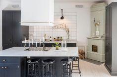 cocina-estilo-nordico-blanco-y-negro-isla-central-decoracion-escandinava-