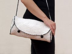 Bolso de rafia blanco y negro /  Black and white purse by SILAYAYA - Artesanio