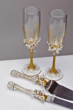 Оформление бокалов и других кухонных принадлежностей для жениха и невесты с применение жемчужных бусин