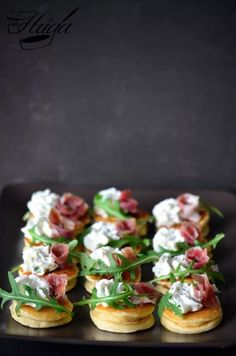 Blinis - Las mejores recetas de Huga - Source by margretvansandw Finger Food Appetizers, Appetizers For Party, Finger Foods, Appetizer Recipes, Catering Recipes, Blinis Recipes, Kreative Snacks, Food Platters, Mini Foods