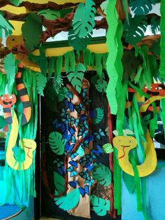 Decor idea for a jungle safari party Rainforest Classroom, Rainforest Crafts, Rainforest Project, Rainforest Activities, Jungle Theme Classroom, Rainforest Theme, Classroom Themes, Preschool Jungle, Jungle Crafts