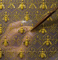 """Constellation de 69 abeilles sur une robe de couronnement impérial. Les abeilles étaient le symbole de l'Empire et l'emblème de la famille Guerlain des """"Eaux"""". Sylvie Deschamps, Maître d'art, artisanat """"La fête Attire"""" et """"L'Habit de fête."""""""