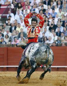 Matador Juan José Padilla. Sevilla. El momento preciso en el que sólo una pata toca el ruedo.