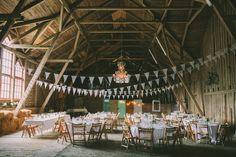 Bohemiskt och romantiskt bröllop på Sofiero Gård i Helsingborg. Logbröllop, bröllop i lada. Bröllopsfotograf Beatrice Bolmgren