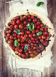 roasted tomato pizza put on a low carb crust yummy I'd have to add some meat but that's just me I Love Food, Good Food, Yummy Food, Vegetarian Recipes, Cooking Recipes, Healthy Recipes, Vegetarian Pizza, Vegan Pizza, Cooking Tips
