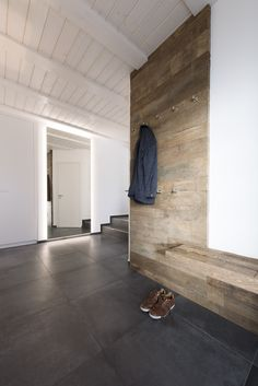 Neue Garderobe! Ein wohnlicher, moderner Kontrast Altholz trifft weißen Lack. Im Eingangsbereich der Diele eine Altholzsitzbank mit Garderobe für Gäste und im hinteren Bereich ein Garderobenschrank mit viel Stauraum aus weißem Lack und ein hinterleuchteter Ganzkörperspiegel. #loft78design #homedecor #interior #home #design #garderobe #wardrobe #flur #eingangsbereich #ideen #diele #treppenhaus #weiß #lack #licht #wood #holz #sitzbank #altholz #spiegel #individuell #modern